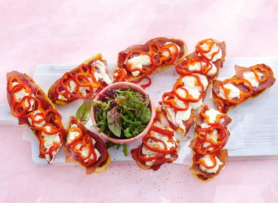 Pizzabaguettes met paprika en salami