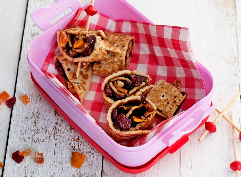 Pannenkoekrolletjes met appelstroop en gedroogd fruit