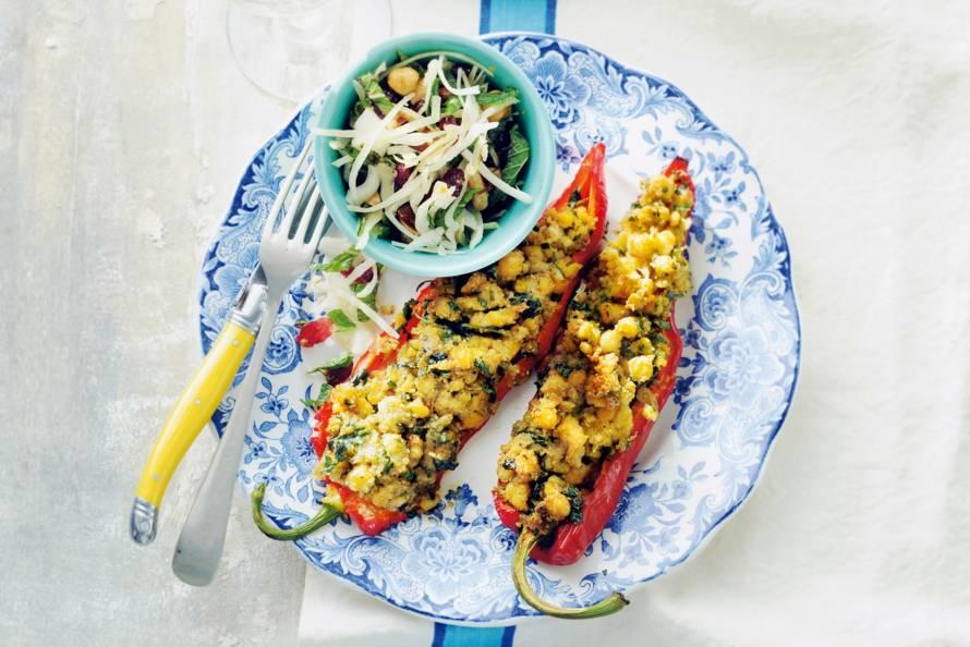 Gevulde zoete puntpaprika's met spitskoolsalade