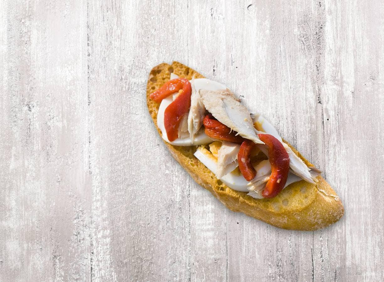 Bruschetta makreel, paprika en ei
