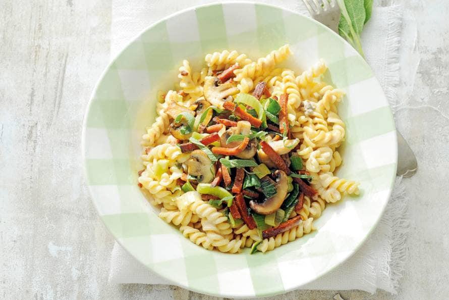 Fusilli met champignons en vegaspekjes