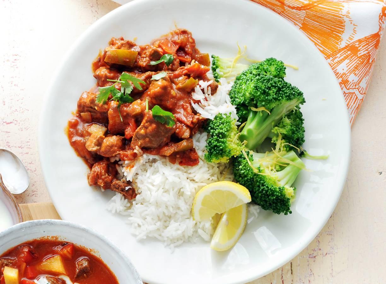Goulash met rijst en broccoli