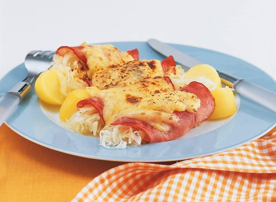 Hamrolletjes met zuurkool en kaas