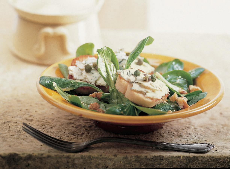 Salade met stokbrood en blauwe kaas