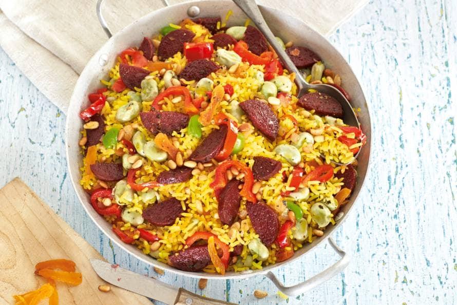 Gele rijst met salami en puntpaprika