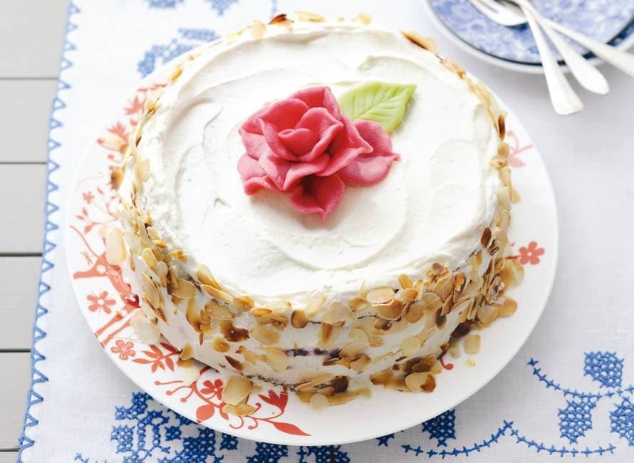 Slagroomtaart met roos