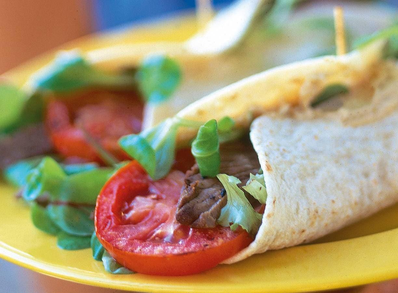 Wrap met hummus en rosbief