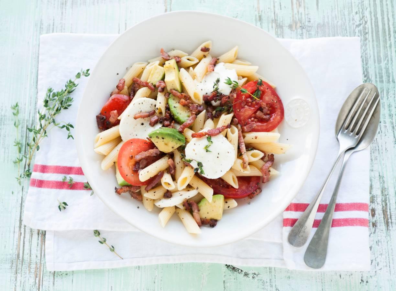 Mozzarella-pastasalade met spekjes