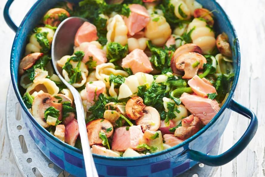 macaroni met zalm en spinazie