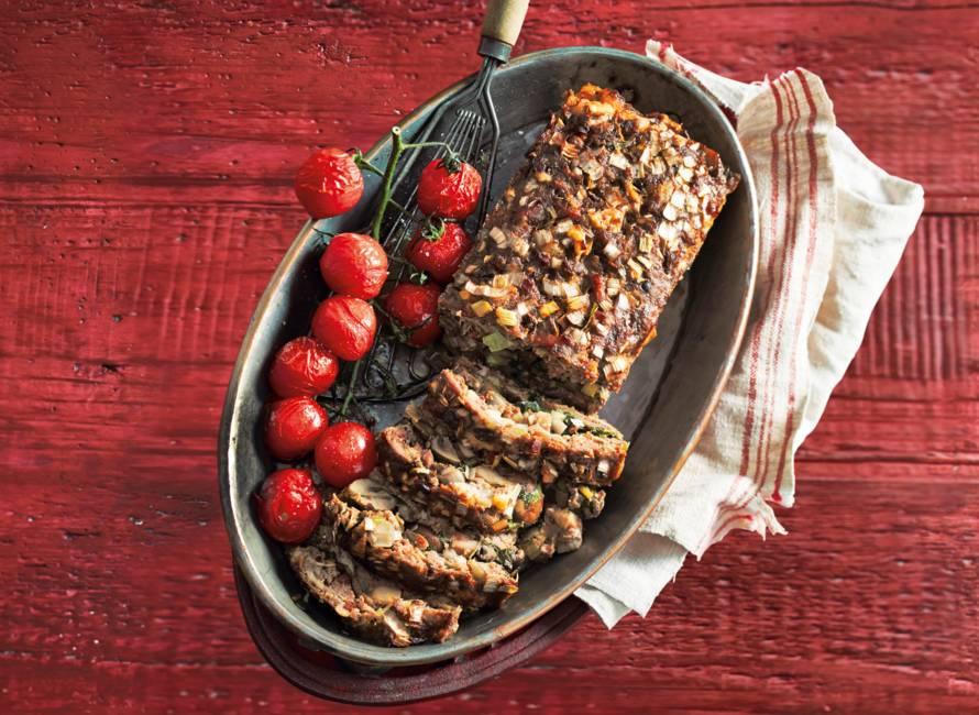 Gehaktbrood met basilicum, paddenstoelen en spek