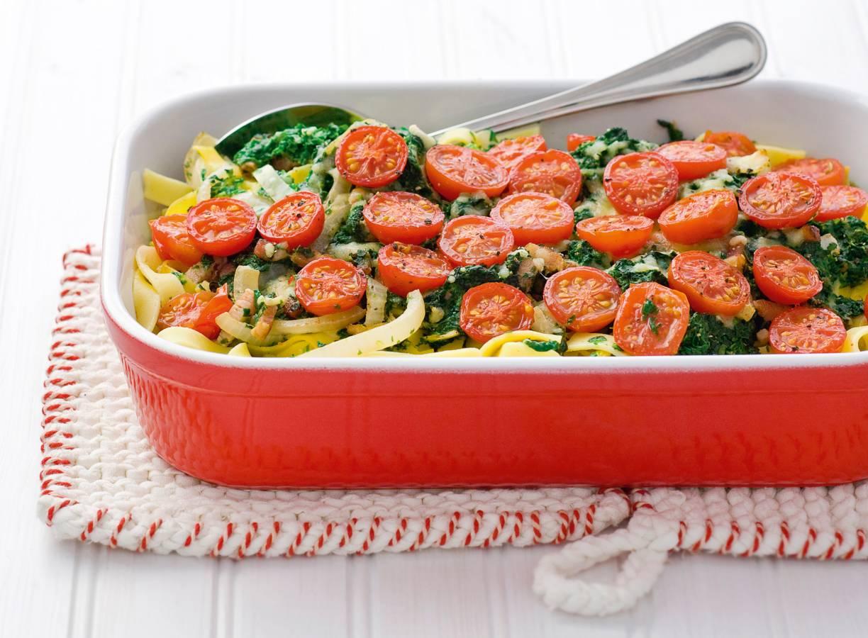 Tagliatelleschotel met spinazie en cherrytomaten