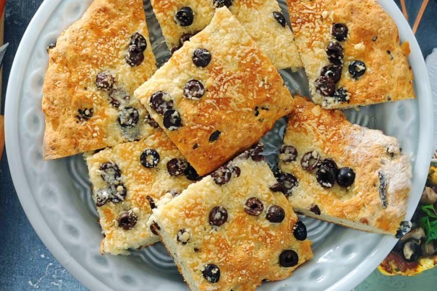 Olijvenbrood met truffelolie en parmezaan
