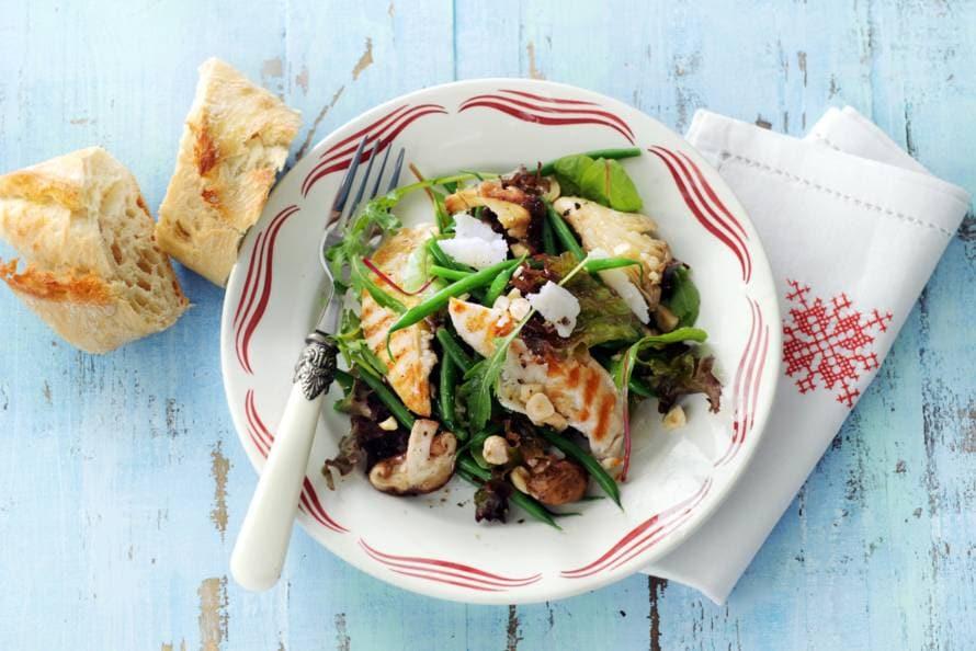 Salade met gegrilde kip en hazelnootolie