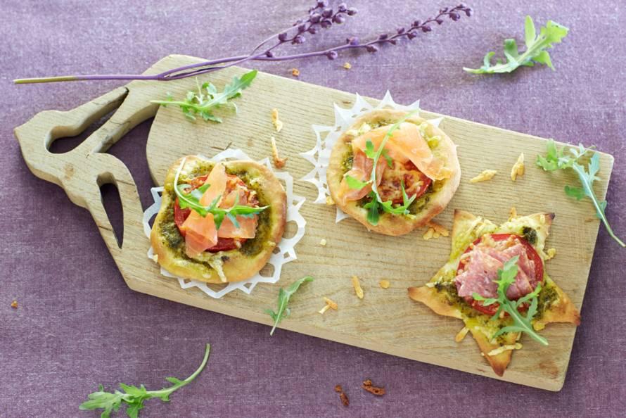 Minipizza's met salami of zalm