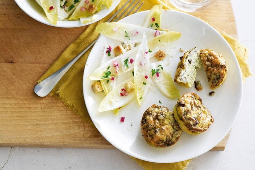 Omeletmuffins met witlofsalade