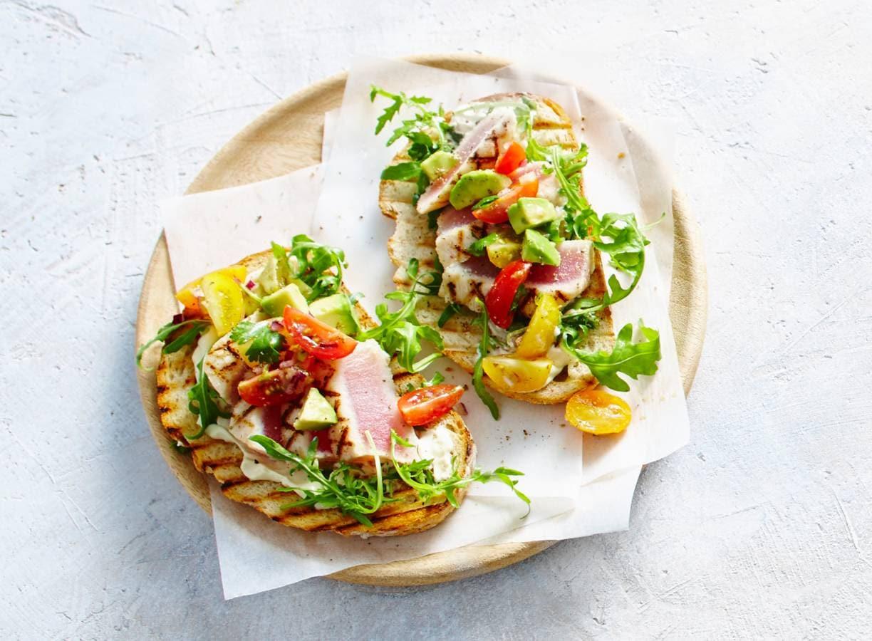 Gegrilde witte tonijn met avocadosalade