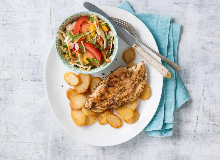Kip met gebakken aardappelschijfjes en salade