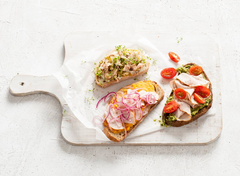 Witbrood met zalm, zuivelspread en tuinkers