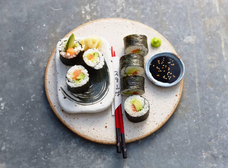 Sushirol met zalm en avocado