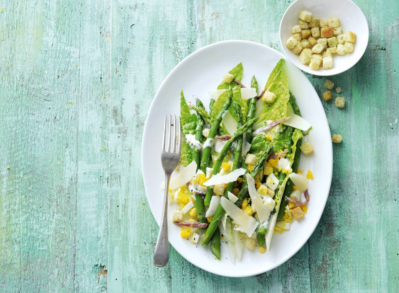 Caesarsalade met groene asperges