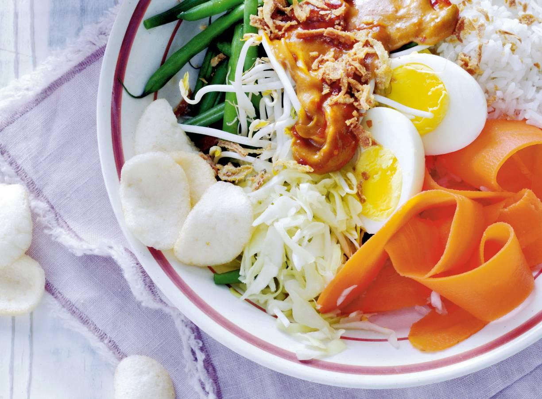 Vegetarische gado gado met rijst en gebakken uitjes