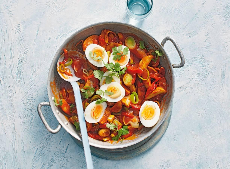 Stoof van prei, tomaat, aardappel en ei