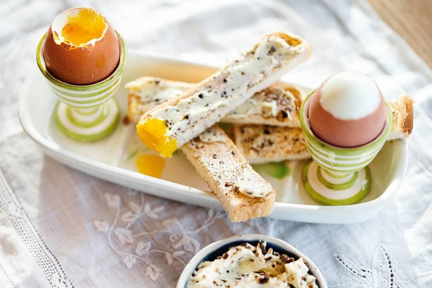 Gekookt eitje met broodsoldaatjes en truffelboter