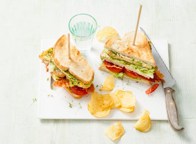 Clubsandwich met omelet, Parmezaan en verse kruiden
