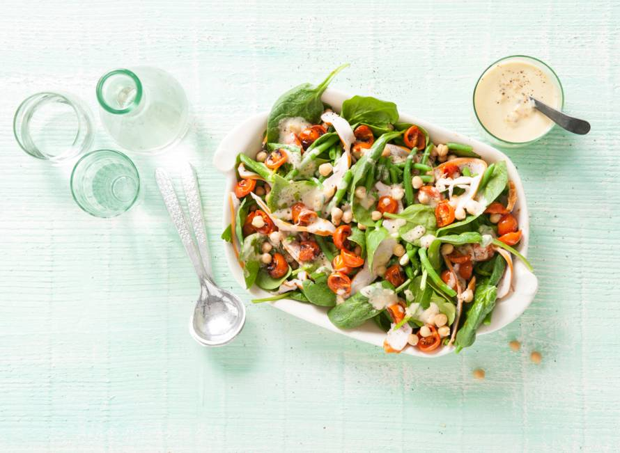 Salade met ovengeroosterde tomaten, sperziebonen en sesamdressing