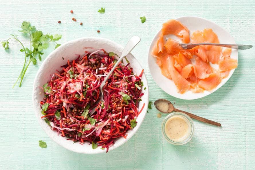 Salade van wortel, rode biet, linzen en gerookte zalm
