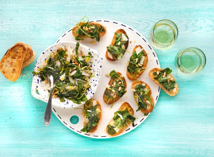 Crostini's met raapstelen, pijnboompitten en citroen