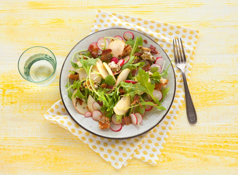 Raapstelensalade met appel en geitenkaascroutons