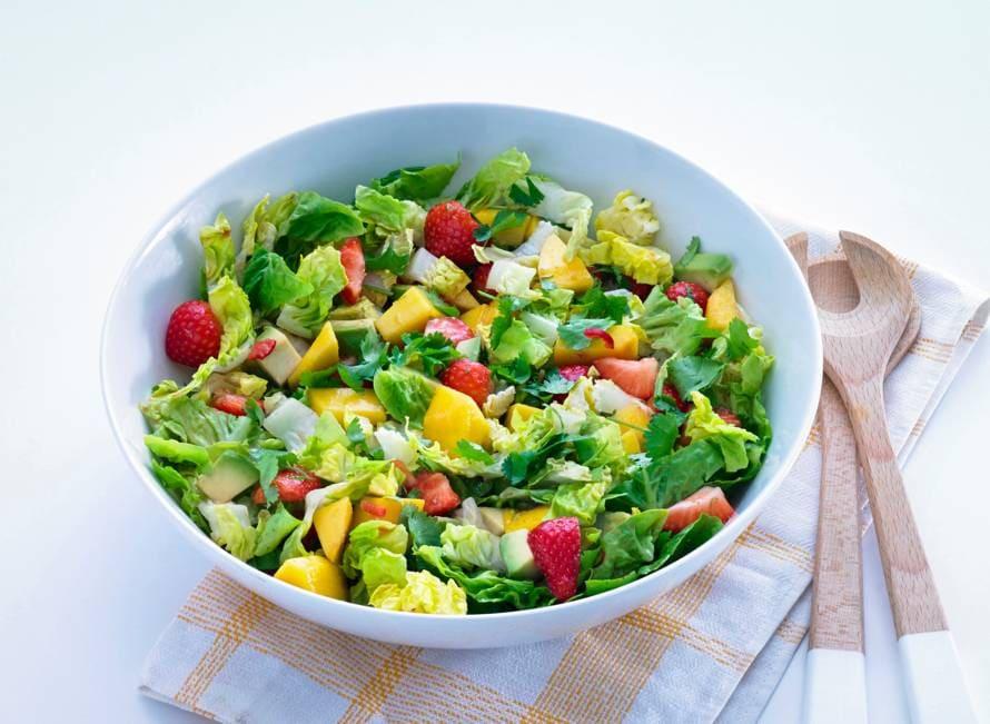 Salade met avocado, mango en aardbeien