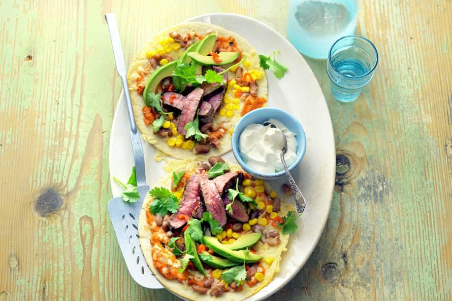 Tortillapizza's met biefstuk, avocado en mais