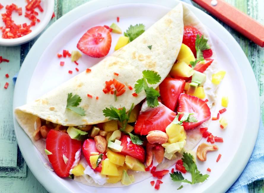 Lunchwrap met aardbeien, avocado en mango