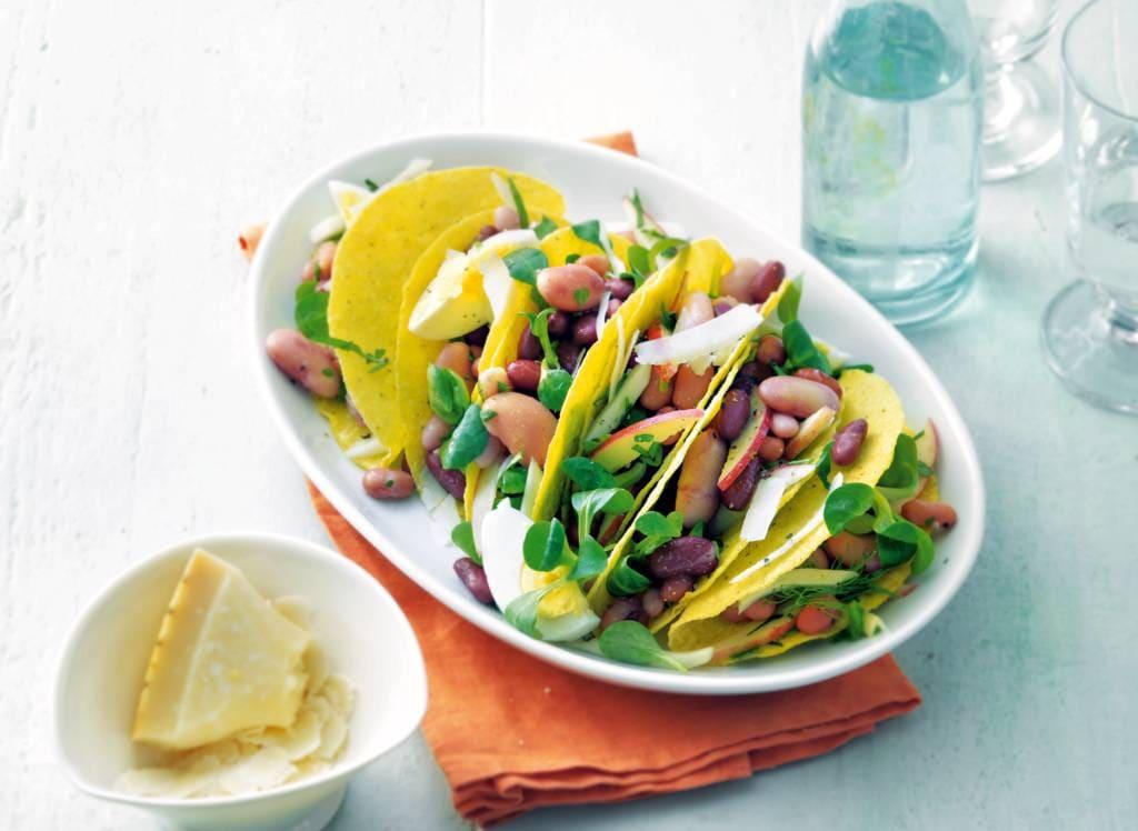 Frisse salade met bonen in tacoschelpen