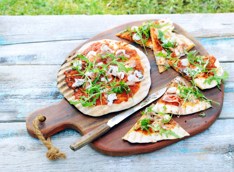 Gegrilde pizza met rauwe ham en truffelmascarpone
