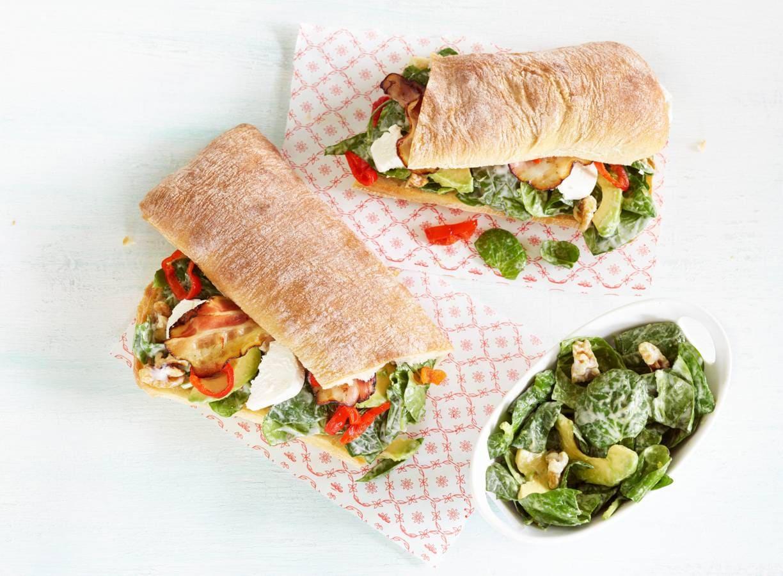 Broodje met spinaziesalade en peppadews