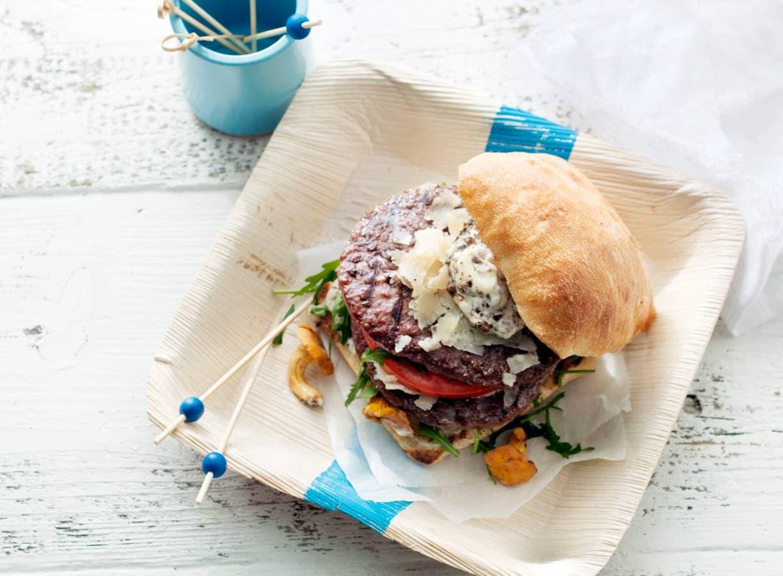 Grillburger met truffelmayo, rucola en parmezaan