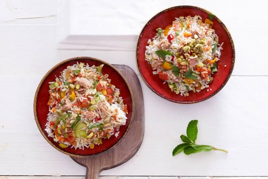 Lauwwarme rijstsalade met tonijn, paprika en munt