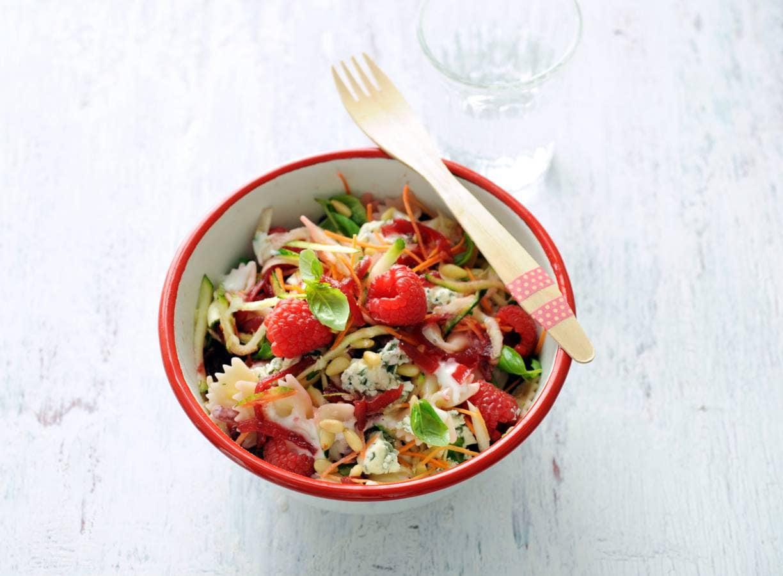 Pastasalade met frambozen en blauwaderkaas