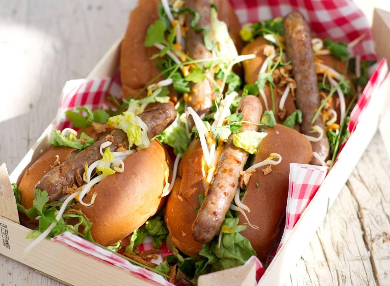 Thaise hotdogs met currymayo en gebakken uitjes