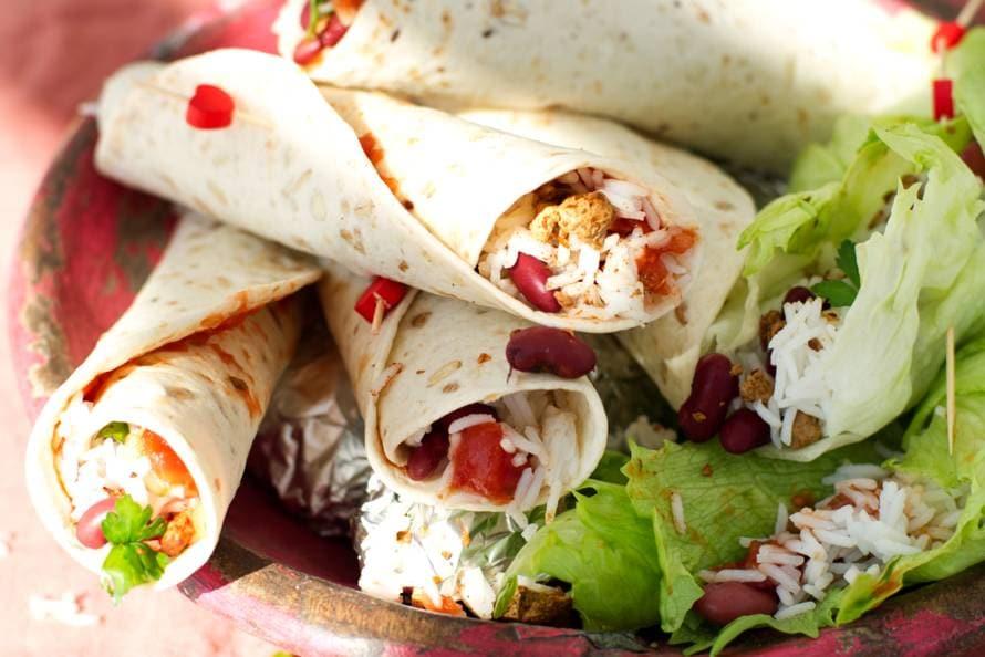 Vegetarische wraps met gekruid vegagehakt, rijst en bonen