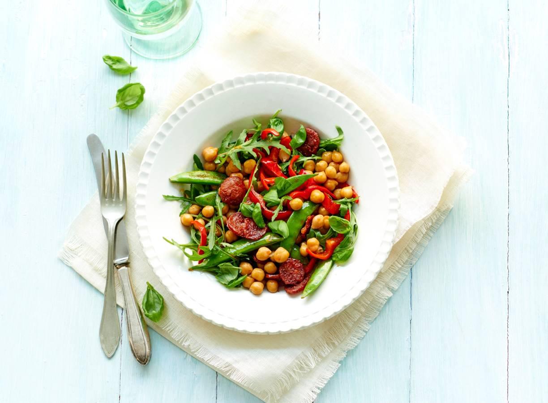 Kikkererwtensalade met chorizo, paprika en sugarsnaps