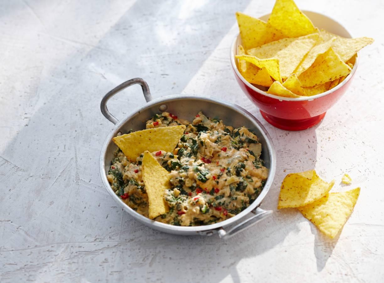 Spinazie-artisjokdip met nacho's