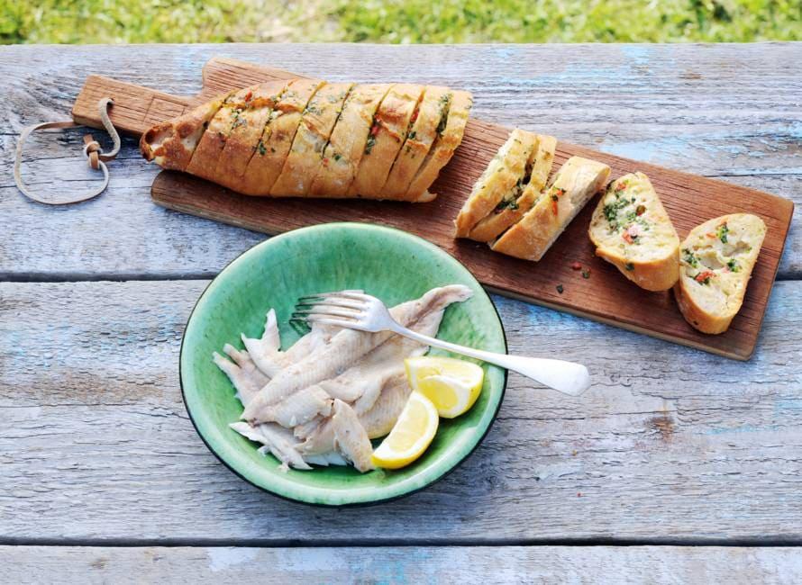Forel in krant met barbecuestokbrood