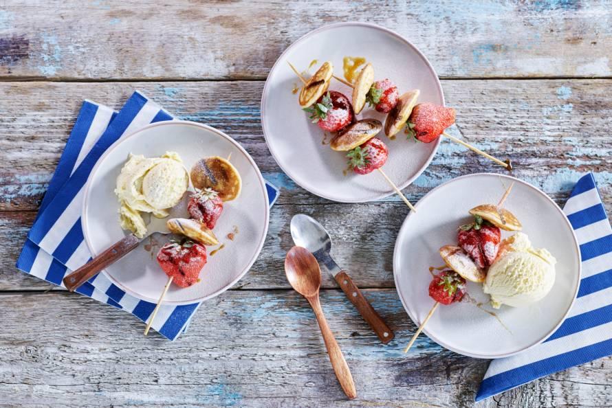 Spiesjes van poffertjes met aardbeien