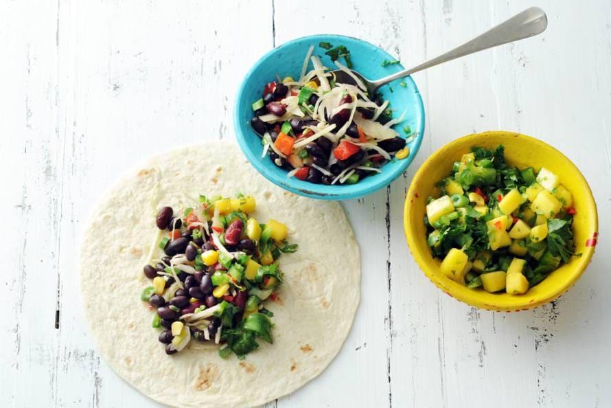 Burrito met bonen-groentechili en mole
