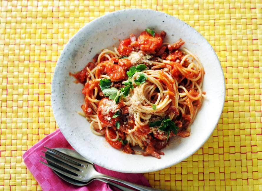 Pittige spaghetti met tomaat & spek