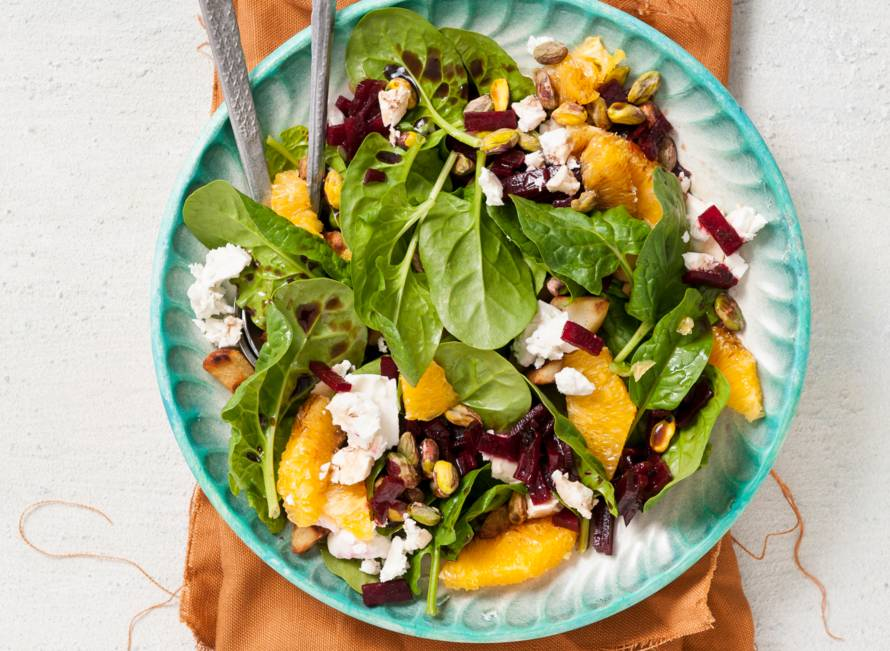 Spinazie-bietensalade met feta en sinaasappel